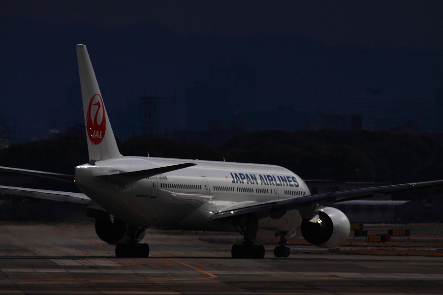JAL B777-246 JAL114@下河原緑地展望デッキ(by EOS 50D with SIGMA APO 300mm F2.8 EX DG HSM + APO TC2x EX DG)