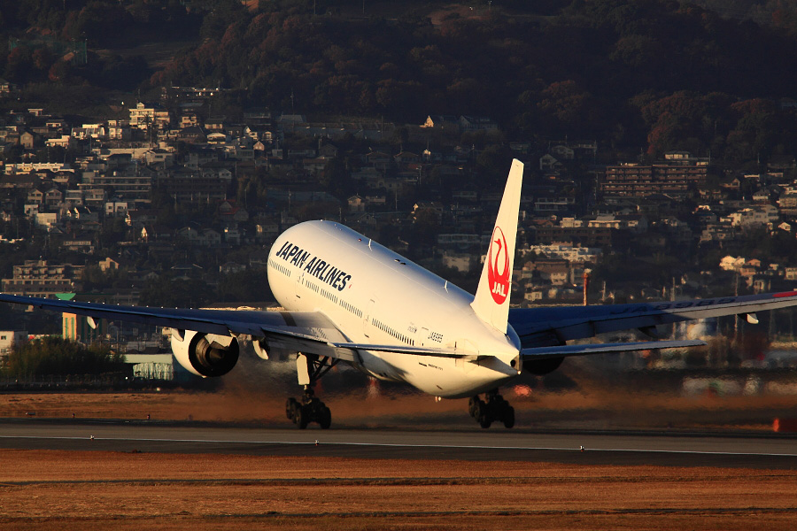 JAL B777-246 JAL124@伊丹スカイパーク(by EOS 50D with SIGMA APO 300mm F2.8 EX DG HSM + APO TC1.4x EX DG)