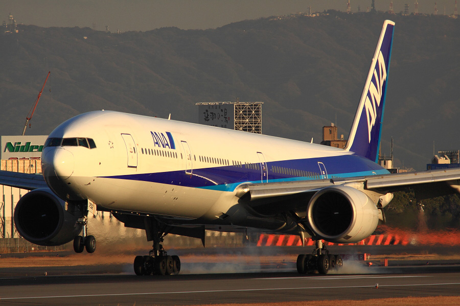 ANA B777-381 ANA106@伊丹スカイパーク(by EOS 50D with SIGMA APO 300mm F2.8 EX DG HSM + APO TC1.4x EX DG)
