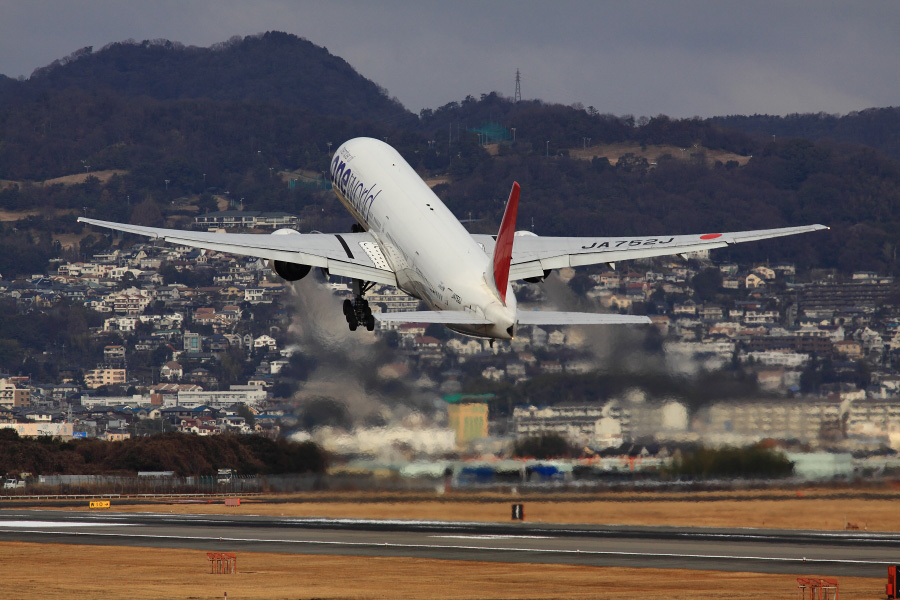 JAL B777-346 JAL2081@伊丹スカイパーク(by EOS 50D with SIGMA APO 300mm F2.8 EX DG HSM)