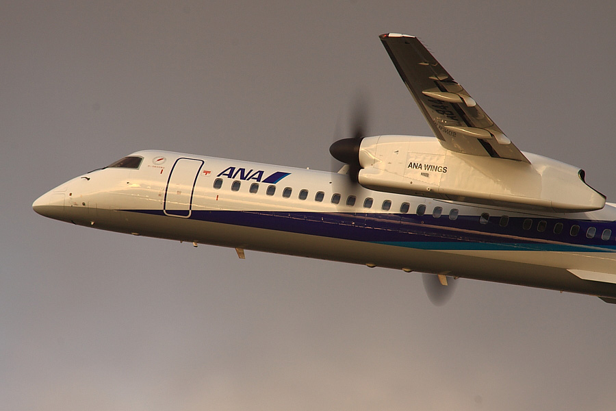 AKX DHC-8-402Q ANA1667@RWY14Rエンド猪名川土手(by EOS 50D with SIGMA APO 300mm F2.8 EX DG HSM + APO TC2x EX DG)
