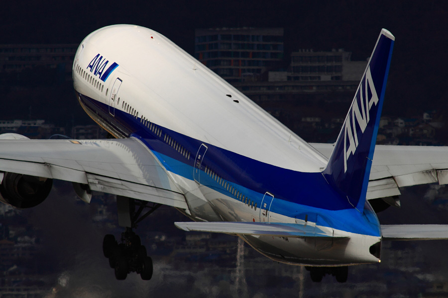 ANA B777-281 ANA105@伊丹スカイパーク(by EOS 50D with SIGMA APO 300mm F2.8 EX DG HSM + APO TC2x EX DG)