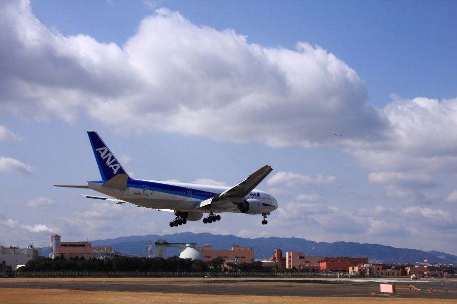 ANA B777-281 ANA21@RWT32Lエンド千里川土手(by EOS 40D with SIGMA 18-50mm F2.8 EX DC MACRO)
