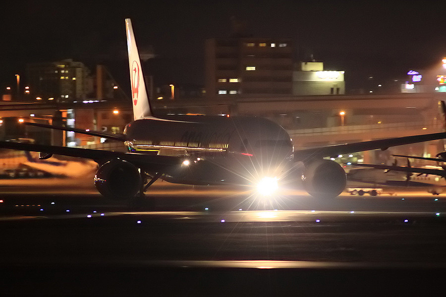 JAL B777-246 JAL133@伊丹スカイパーク(by EOS 50D with SIGMA APO 300mm F2.8 EX DG HSM)
