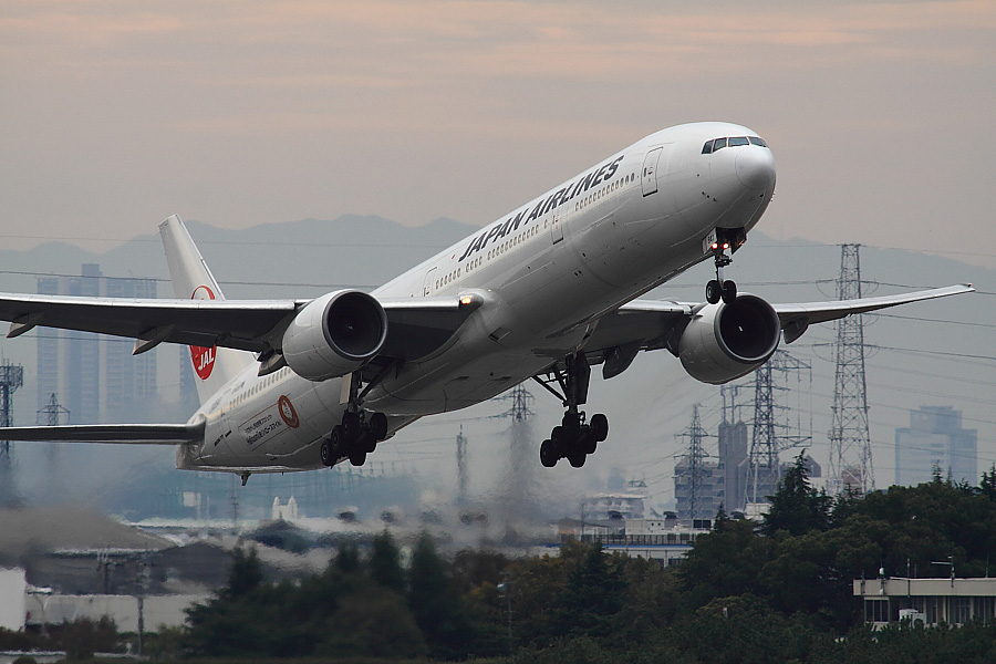JAL B777-346 JAL2081@エアフロントオアシス下河原(by EOS 50D with SIGMA APO 300mm F2.8 EX DG HSM + APO TC2x EX DG)