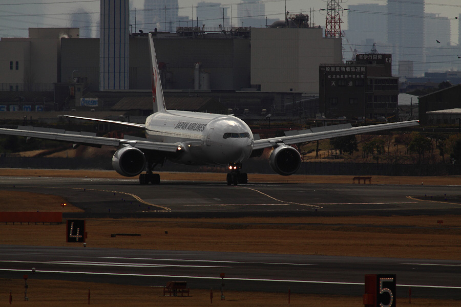 JAL B777-289 JAL111@下河原緑地展望デッキ(by EOS 50D with SIGMA APO 300mm F2.8 EX DG HSM + APO TC2x EX DG)