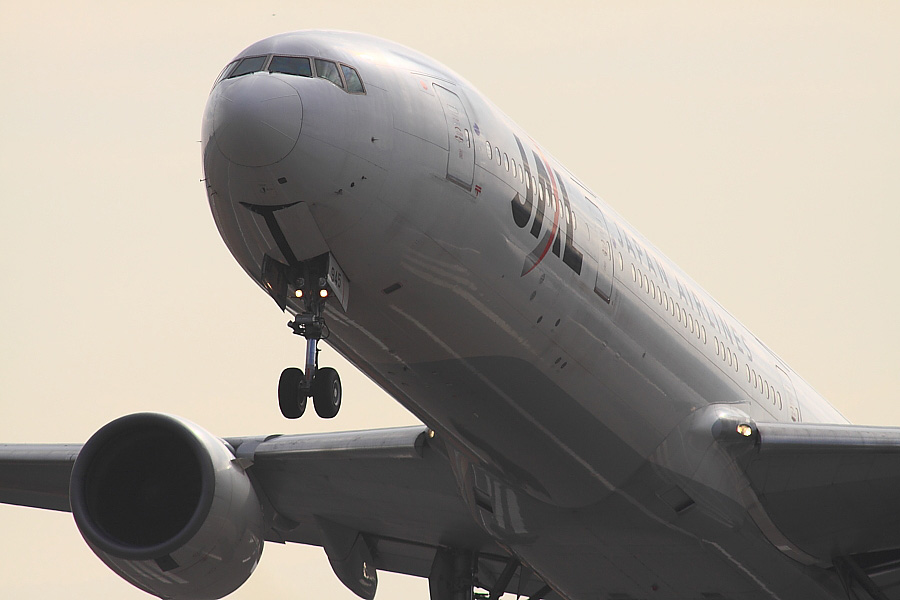 JAL B777-346 JAL2081@RWY14Rエンド猪名川土手(by EOS 50D with SIGMA APO 300mm F2.8 EX DG HSM + APO TC2x EX DG)