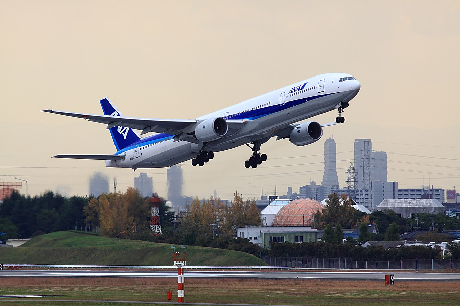 ANA B777-381 ANA105@下河原緑地展望デッキ(by EOS 50D with SIGMA APO 300mm F2.8 EX DG HSM)