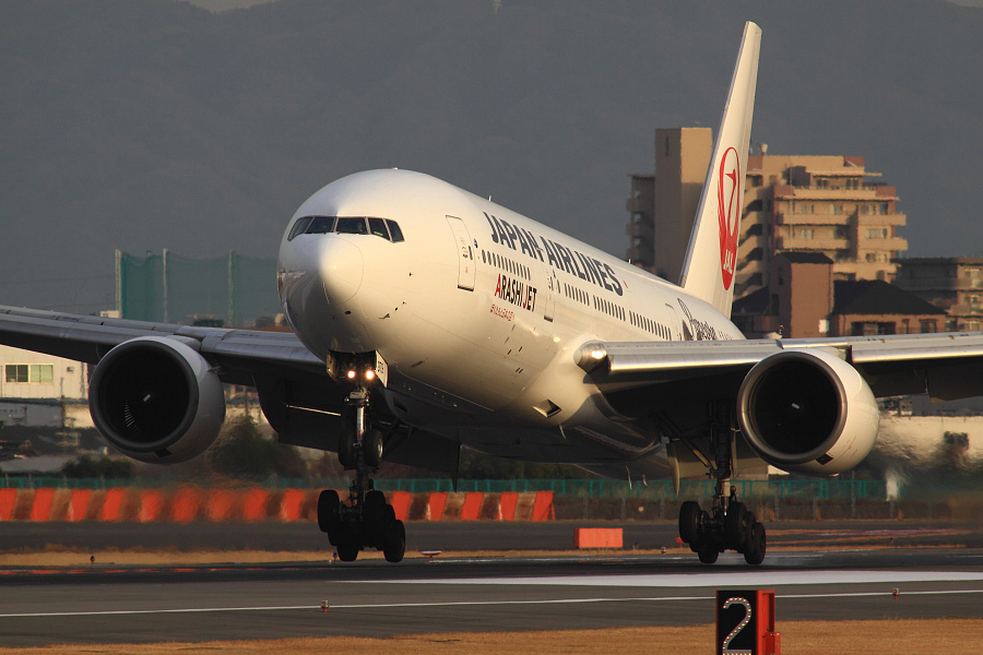 JAL B777-289 JAL127@伊丹スカイパーク(by EOS 50D with SIGMA APO 300mm F2.8 EX DG HSM + APO TC2x EX DG)