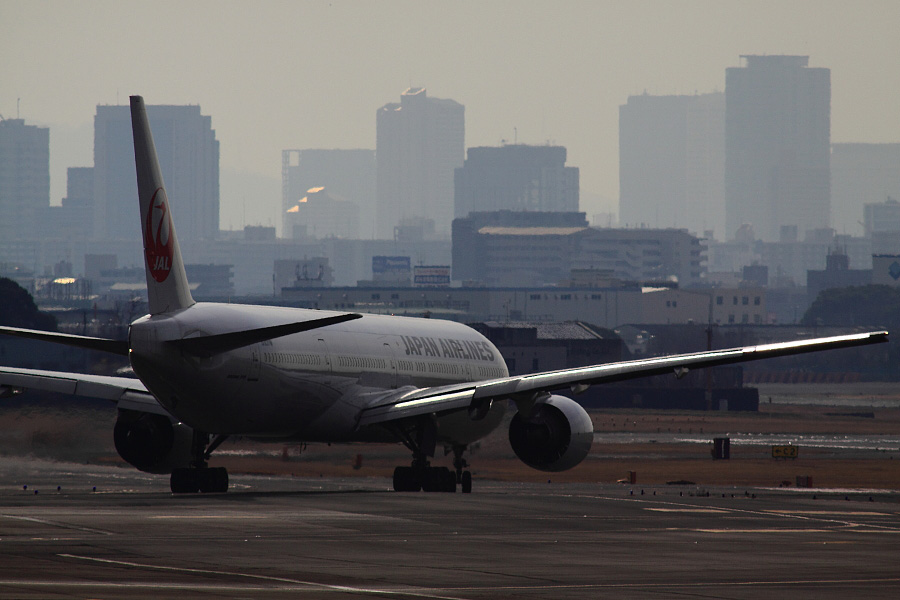 JAL B777-346 JAL2081@下河原緑地展望デッキ(by EOS 50D with SIGMA APO 300mm F2.8 EX DG HSM + APO TC2x EX DG)