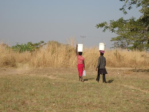 水を運ぶ女性