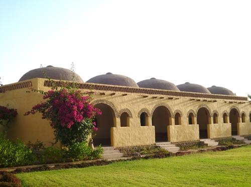 宿泊するのはヌビア人の伝統家屋をモチーフにしたホテルです