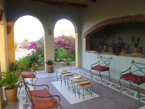宿泊するのはヌビア人の伝統家屋をモチーフにしたホテルです2