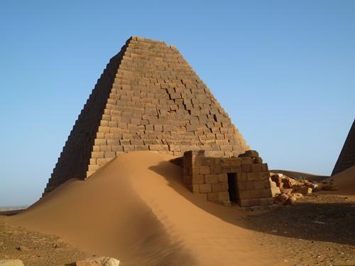 スーダンメロエの壮大なピラミッド群2