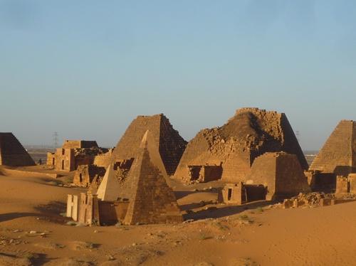 スーダンメロエの壮大なピラミッド群