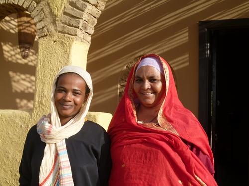 スーダンの伝統服トブを着た女性達