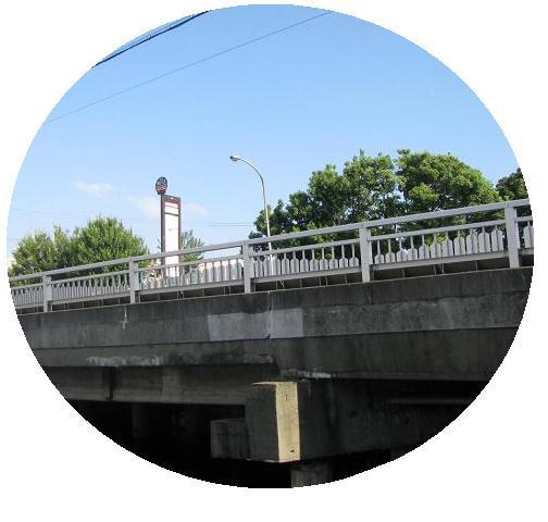IMG_1190橋の上のバス停