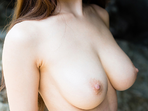 【エロ画像】もちもち柔らかそうな美乳おっぱい露出したハタチの女の子