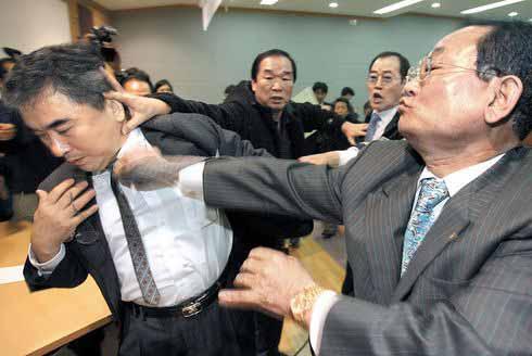 a 李栄薫ソウル大教授 殴る蹴るの暴行を受ける
