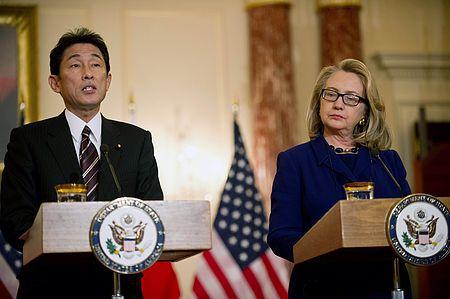 a 会談後、記者会見する岸田文雄外相(左)とクリントン米国務長官