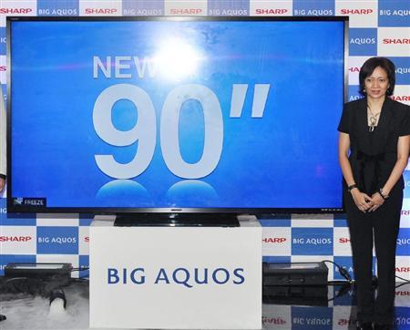 シャープがインドネシアで発売した90型の液晶テレビ「アクオス」