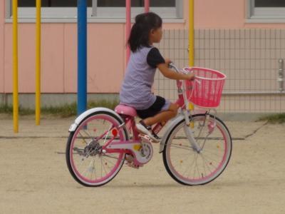 公園で自転車に乗る第一子
