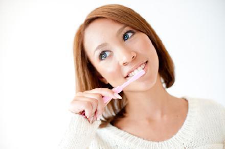 女画像歯磨