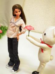 そのへんの花を差し出すクマ。