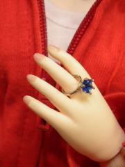 お母さんの指輪をこっそり着けてみた子供のような。