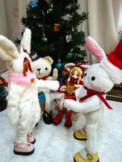 ウサギサンタにプレゼントを貰う面々