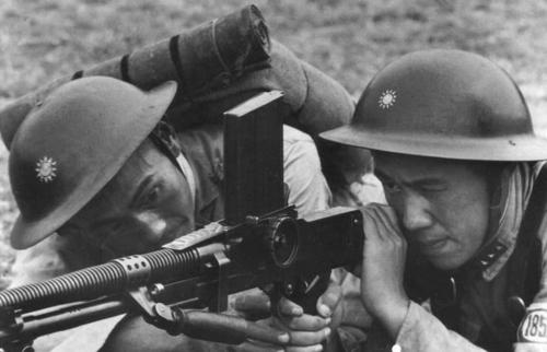 british equiped chinese soldiers using a bren light manchine gun (china 1942)
