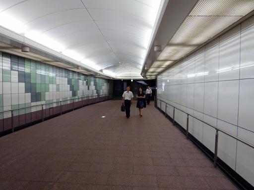 地下道は新宿駅南口の地下