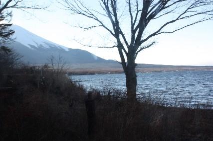 13お正月山中湖喫茶店から富士山