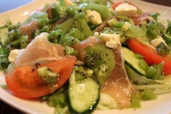 ダブルキウイと生ハムのサラダ