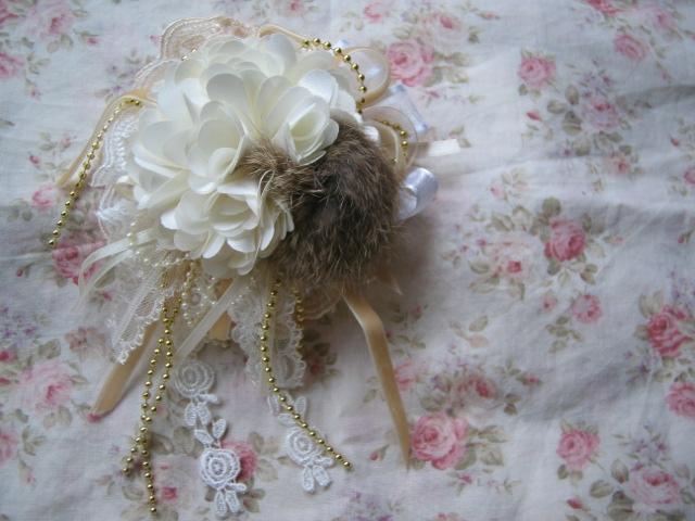 ホワイトのお花のコサージュ♪