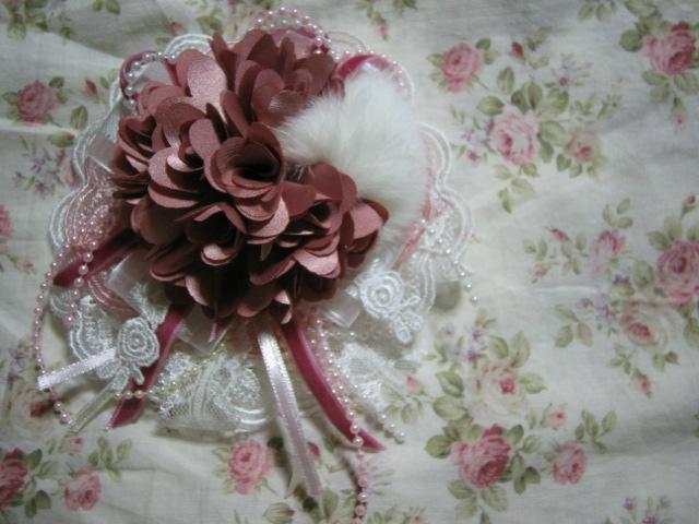 濃いめのピンクのコサージュ