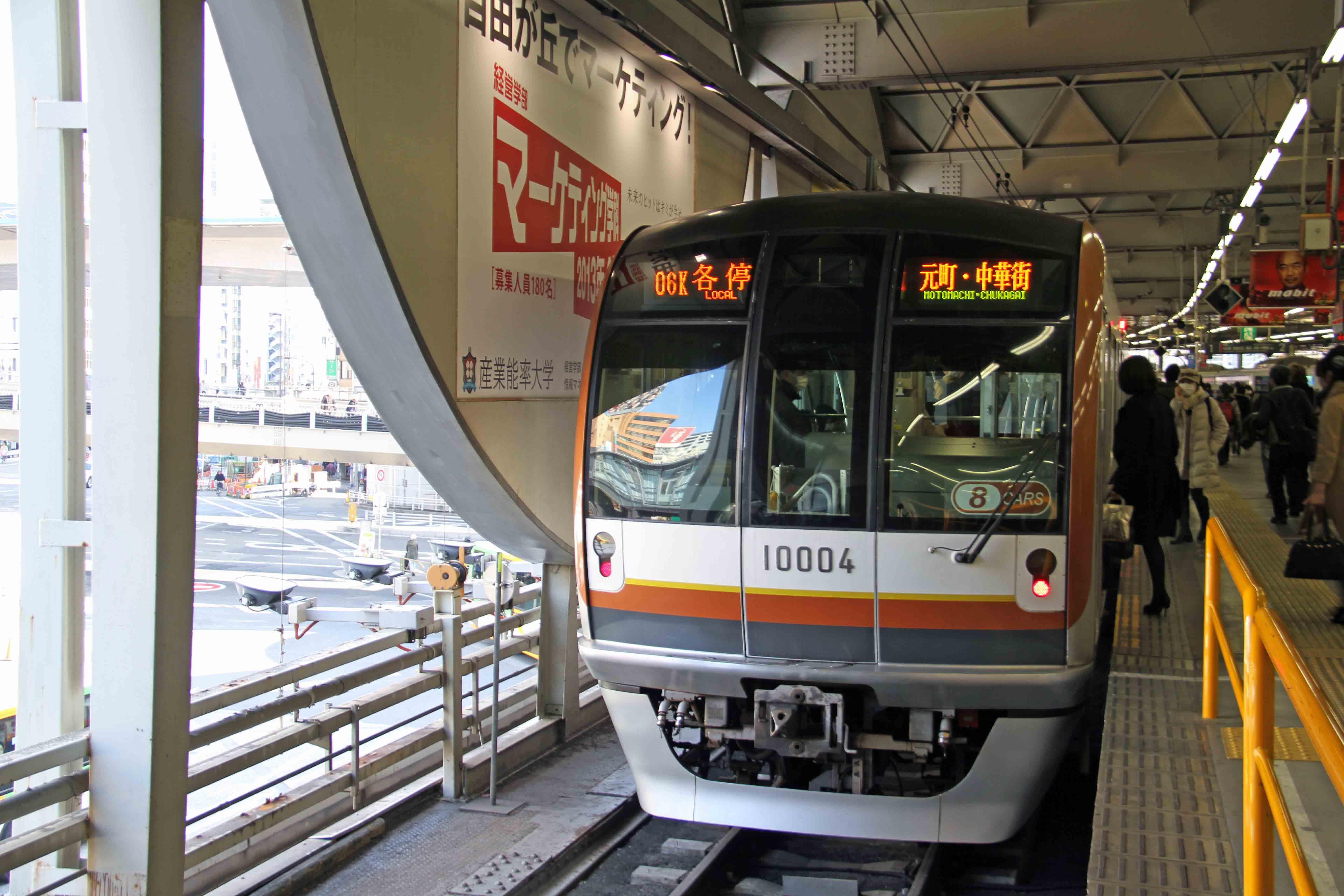 旧渋谷駅に停車する東京メトロ10000系電車
