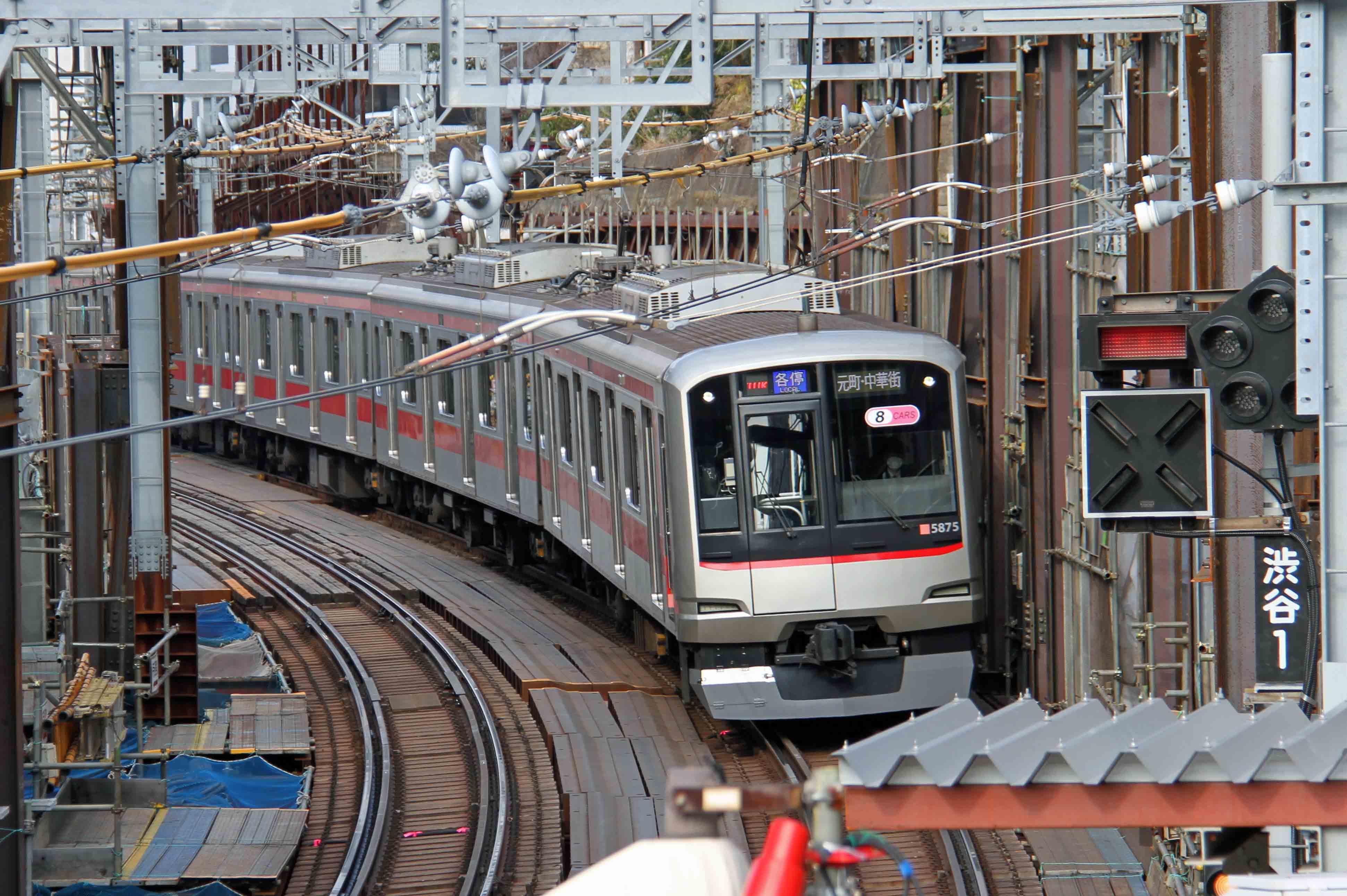 渋谷ー代官山地上区間を走行する5050系電車