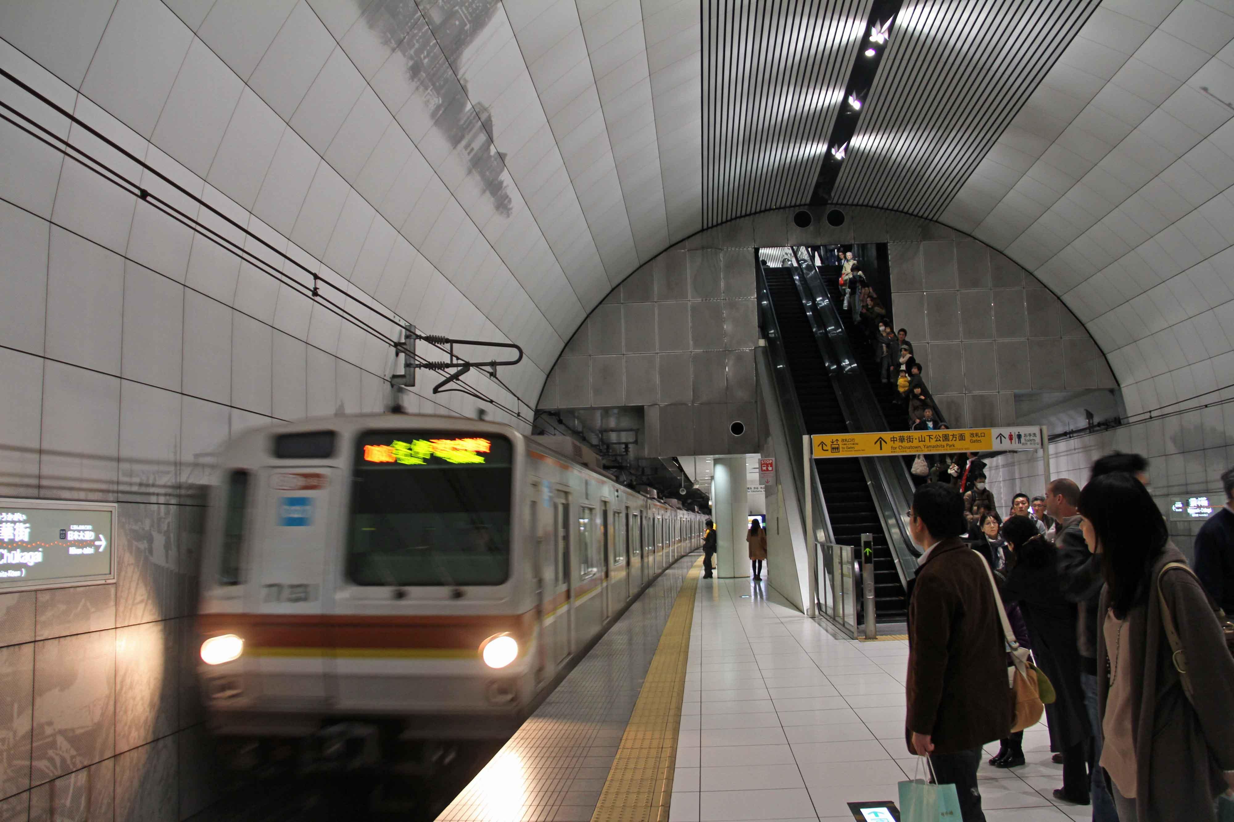 元町・中華街駅に入線するメトロ7000系