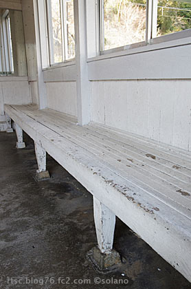 紀伊浦神駅。昔ながらの造り付け木製ベンチ