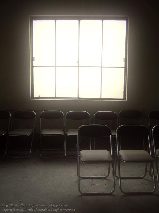 「火葬場を照らす窓の光」松井田火葬場