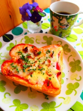basil pizza toast