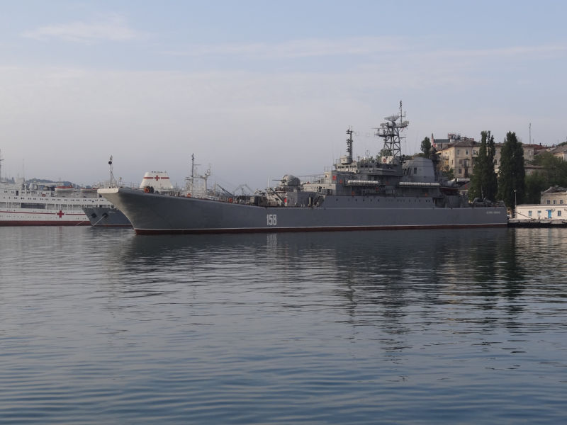 大型揚陸艦ツェーザリ・クニコフ...