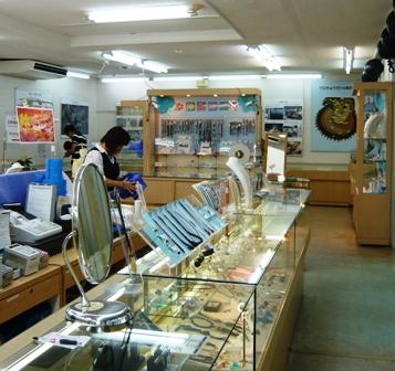 琉球真珠直売所店内1