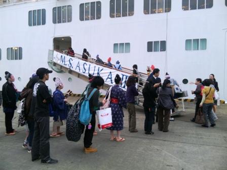 船内で沖縄の芸能催し