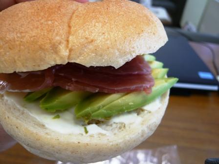 こぐまパン:生ハムとアボカドのクリームチーズサンド