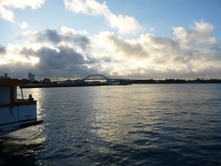 離島観光:離島ターミナルからサザンゲートブリッジを望む