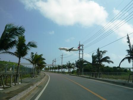 新石垣空港:誘導路前をJTA機が通過