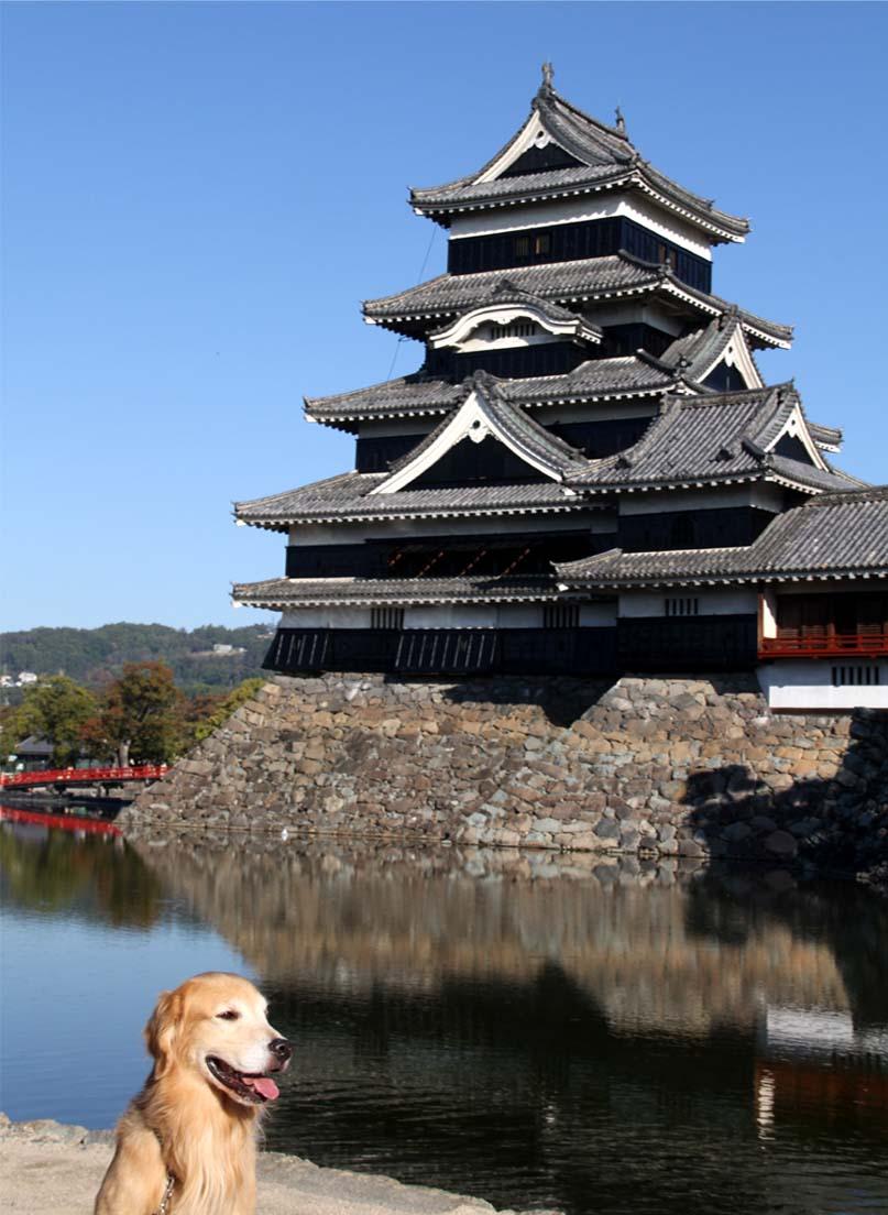 松本城前で(1)