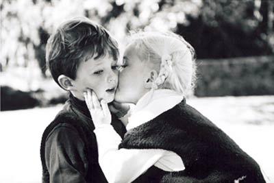 09_kids_kiss.jpg